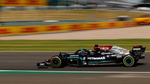 Lewis Hamilton reaparece en lo alto, como local