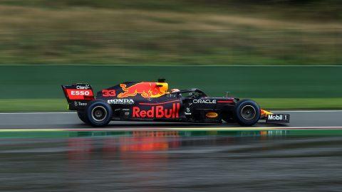 Max Verstappen y una difícil pole en el agua